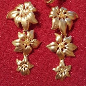 4/$15 💖 poinsettia clip on earrings. GUC